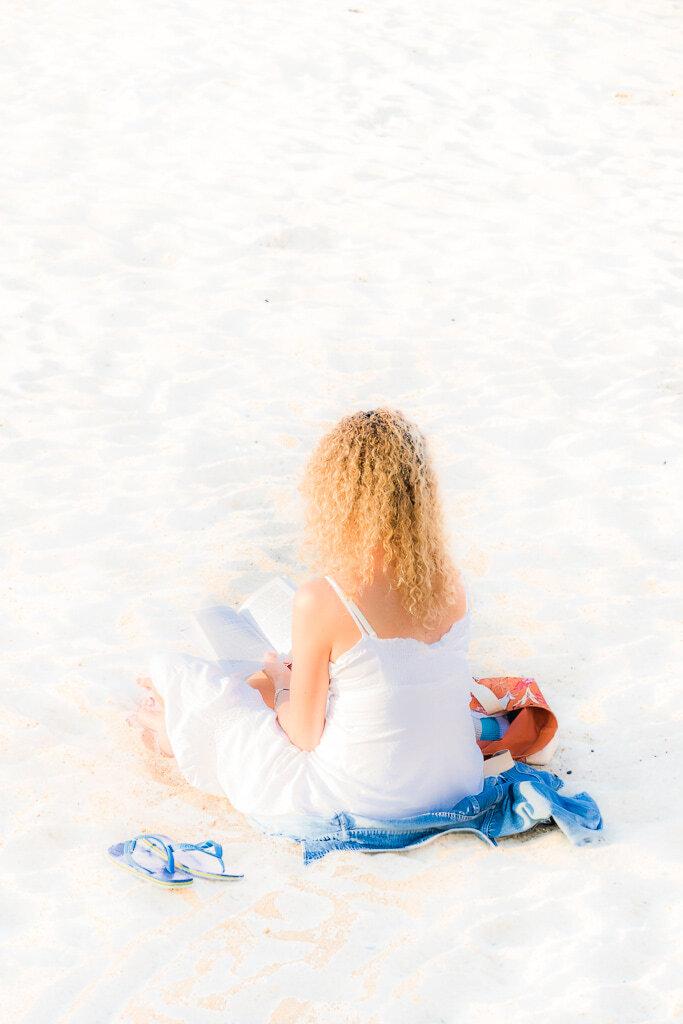 Lectrice sur la plage